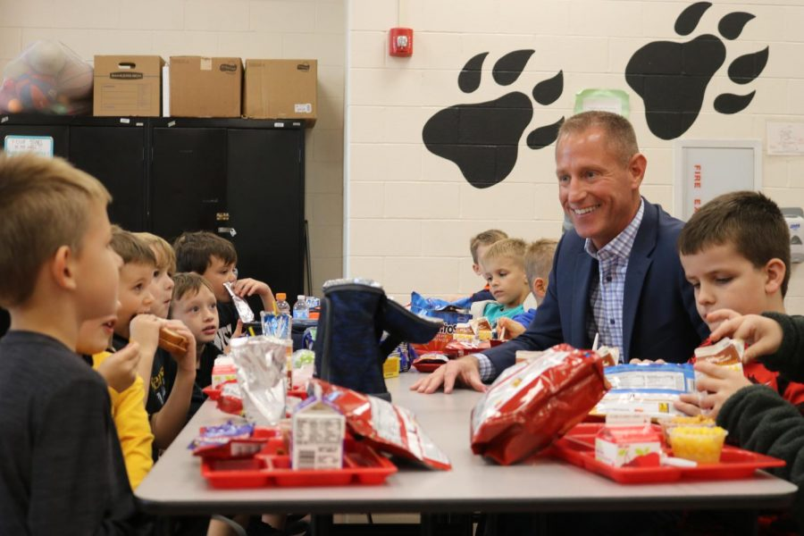 Mehlville+Assistant+Superintendent+Jeff+Bresler+joined+a+group+of+students+eating+lunch+at+Rogers+Elementary+to+celebrate+National+School+Lunch+Week+in+October+2019.+