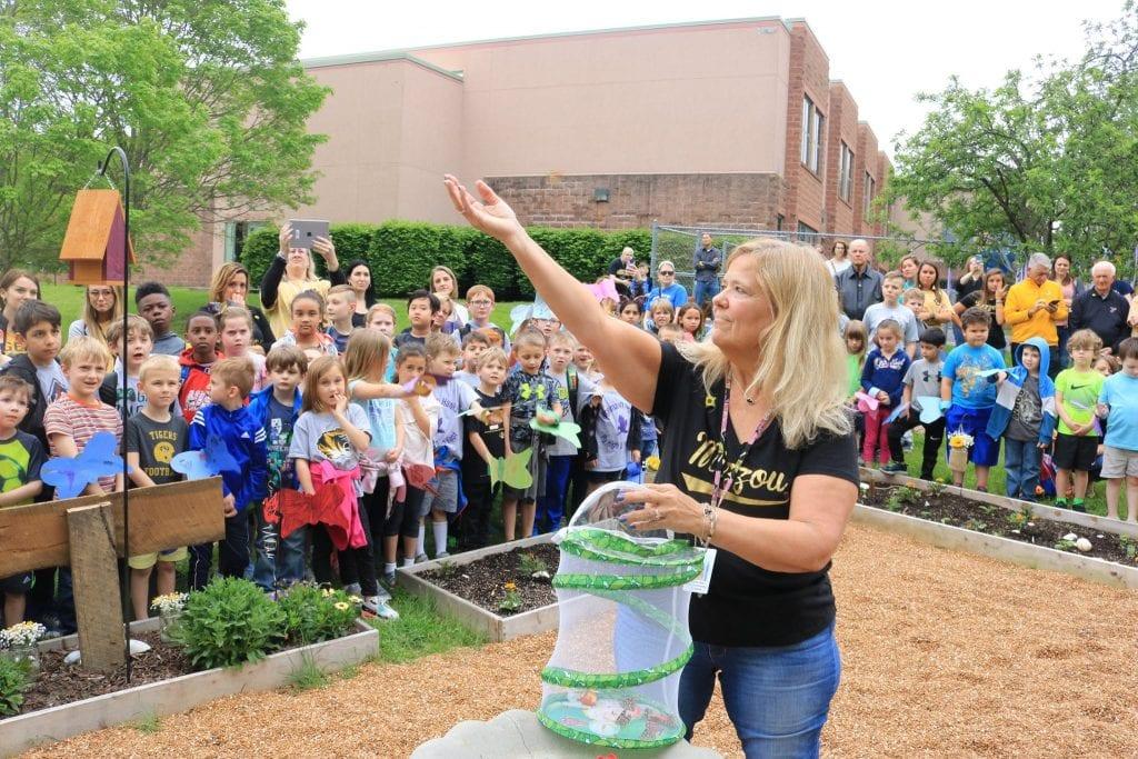 Hagemann+honors+teacher+with+memory+garden