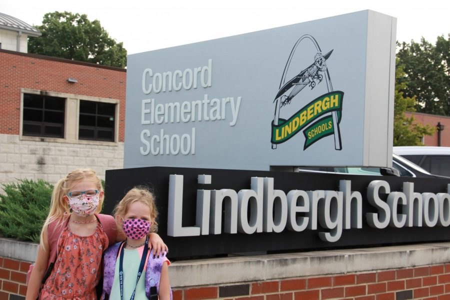 Concord+Elementary+students+pose+for+a+back-to-school+photo+Friday%2C+Aug.+28.