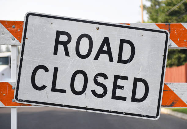 Horizontal+shot+of+a+road+closed+sign.