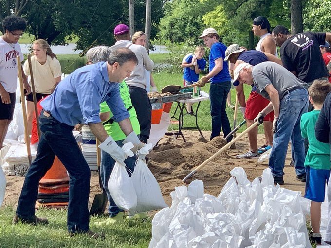 County+Executive+Sam+Page+sandbags+Tuesday+in+Bellefontaine+Neighbors%2C+with+the+help+of+volunteers.