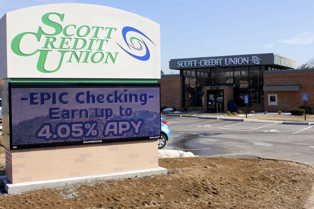 Pictured+above%3A+Scott+Credit+Union+in+Crestwood+uses+an+electronic+messaging+sign.+Photo+by+Erin+Achenbach.+%0A