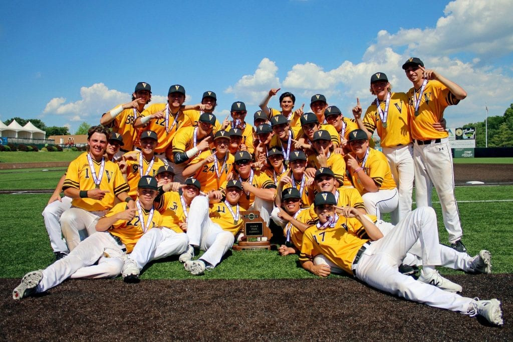 Vianney%27s+varsity+baseball+team+poses+with+their+2018+state+championship+trophy.